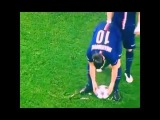 David Luiz moves the shaving foam vanishing spray during PSG-Chelsea
