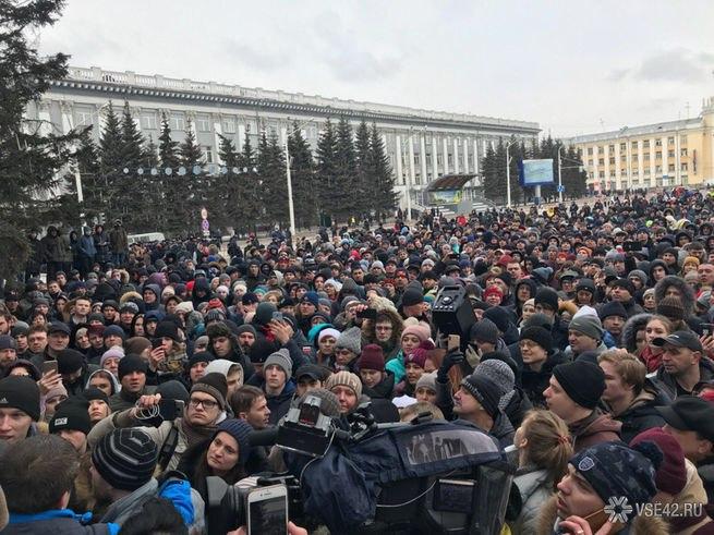 Массовый стихийный митинг в Кемерове: люди требуют Путина