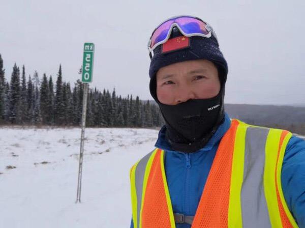 Китаец за 433 дня пробежал от Южного до Северного полюса По сообщению сайта «Хуаньцюван», китаец Бай Бинь за 433 дня пробежал от Южного полюса до Северного полюса через 65 городов 13 стран, в