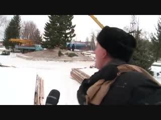 У жителя Бийска спросили - нравится ли ему ёлочка, которую власти города нарядили для горо.mp4