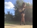 Девушка мастерски обращается с футбольным мячом