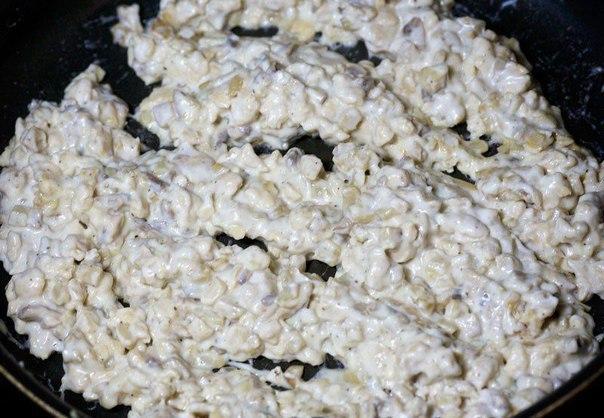 шампиньоны с курицей и сыром что нужно: куриное филе 500 гфета 60 гбольшие свежие шампиньоны 10 шт.сметана 4 ст. ложкимука 1 ст. ложкаизмельченная моцарелла 1/2 стаканасвежая зелень петрушки