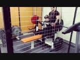 84 тренировка подготовки к жиму лежа 100 кг. Жим в клетке с резиной 115 кг на 3.