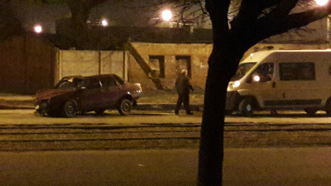 Ночью в Харькове произошла авария с участием ВАЗа (ФОТО)