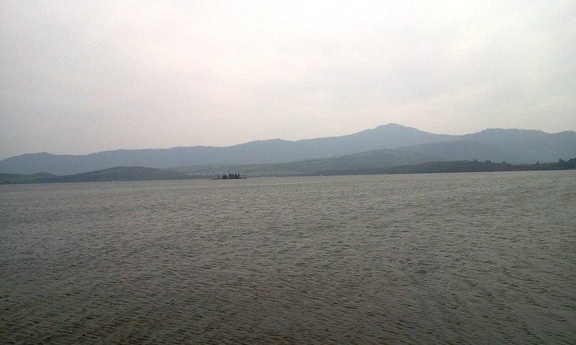 Гора Синюха издали выглядит довольно прозаично...