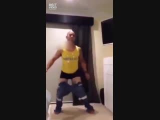 Лайфхак как одеть штаны без рук