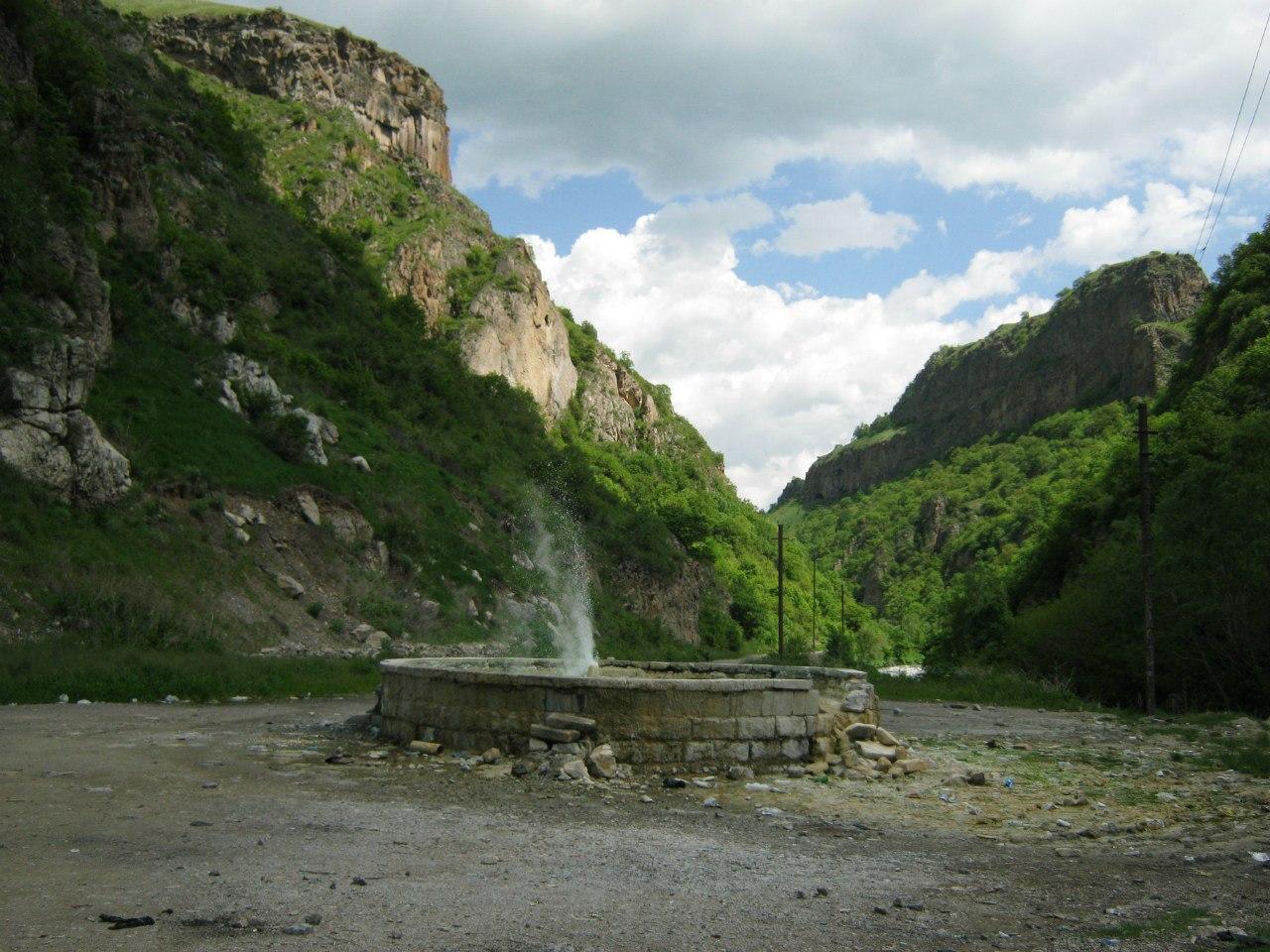 Термальный источник (гейзер) на дороге Карватжар-Цар