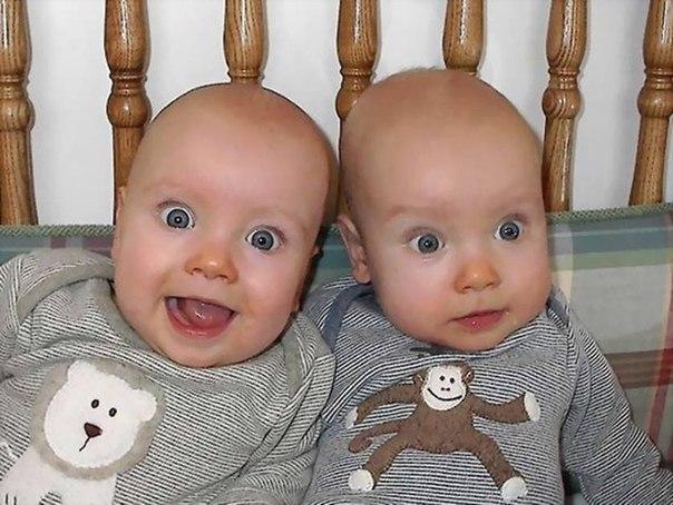 """Мама моет двух близнецов, вдруг один из них рассмеялся))) мама спрашивает: """"ты чего хохочешь?"""" Сынок: """"мам, ты моешь меня второй раз!"""""""