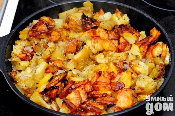 Секреты жареной картошечки! Чтобы ваша жареная картошка получилась вкусной и красивой, лучше: — картофель нужно опускать в хорошо разогретое на сковороде масло — перемешивать не больше 3-4-х раз за всю готовку — солить в самом конце — лук или чеснок, а также специи добавляются за 3-5 минут до готовности, иначе подгорят Порезанный картофель опускаю в раскалённое масло на сильном огне и не трогаю 3-4 минуты пока не схватится корочка, затем аккуратно переворачиваю лопаткой, уменьшаю огонь на чуть…