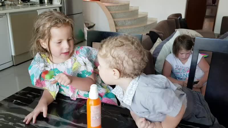 Рома хочет съесть мороженое Оливии mp4