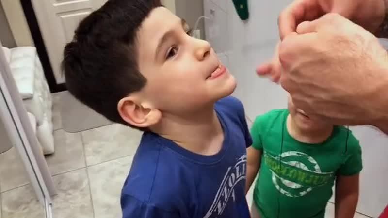 А как вы вырываете детям молочные зубки Салибековы пользуются старым дедовским способом