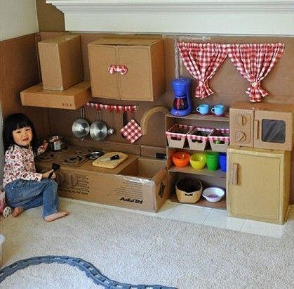 Много-много ненужного упаковочного картона, оставшегося после покупки бытовой техники, можно превратить в современную кухню для ребенка.