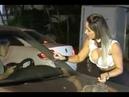 Linda morena escreve seu telefone no vidro do carro de sortudo, mas o inesperado acontece