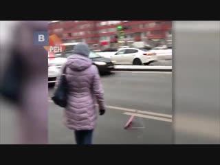 Видео с места наезда внедорожника на мать с двумя детьми в Петербурге
