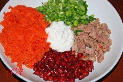 Салат с морковью,тунцом и гранатом морковь-2 шт