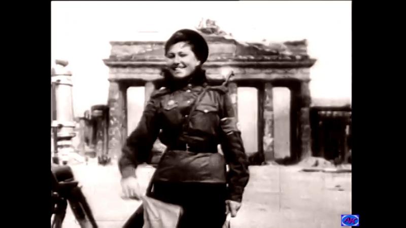 Знаменитая регулировщица у Бранденбургских ворот -