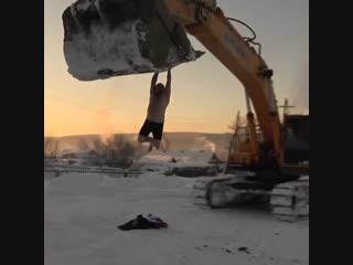 Сибиряк в мороз прокатился на ковше экскаватора