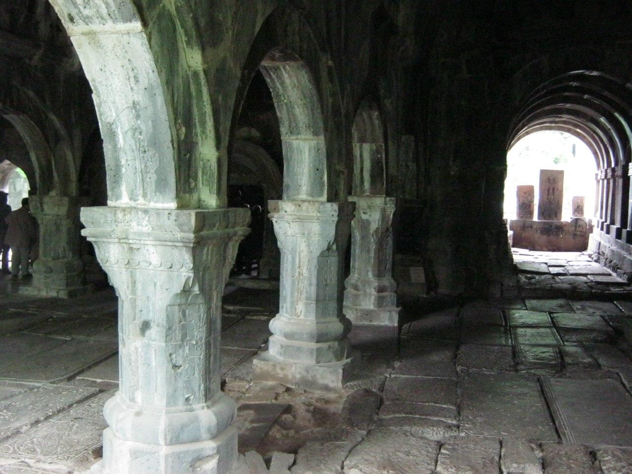 Могильные плиты в монастыре Санаин