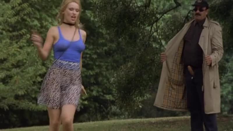 Девушка без трусов под юбкой показывает всем свою пизду (голая пизда в кино, без комплексов)
