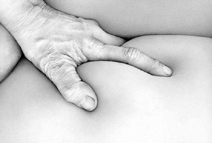 девушка стала раком и засунула пальчик в попу чертик