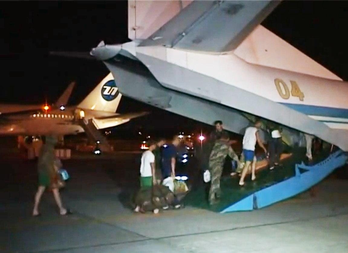 Из Ростова украинские военные отправили своих раненых на изношенном самолете в Одессу. ВИДЕО