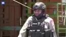 Полицейский со стрелой в глазу продолжил патрулирование неспокойных улиц в Индонезии