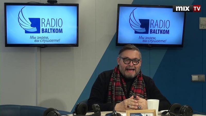 Историк моды, телеведущий, искусствовед Александр Васильев в программе Встретились, поговорили