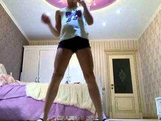 Голая гимнастка Валентина Ветрова села на шпагат