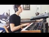 Парень оочень круто играет на синтезаторах