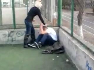 Малолетка бьёт парня школьника ногами по лицу и голове  женское доминирование Уличные драки RU