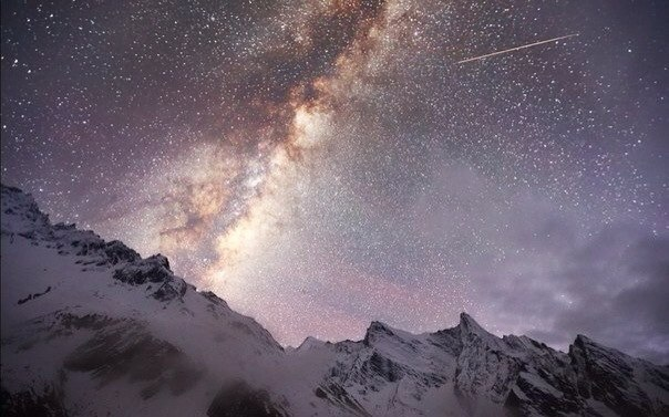 La vía mlechnyy sobre la Himalaya, el parque nacional de Manaslu, Nepal. La forografía es hecha a la altura de 4200 metros. El autor de la foto: Iván Kozorezov. ¡Buenas noches!