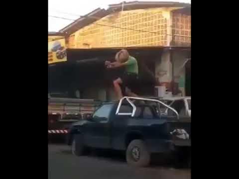 Você já bebeu tanto a ponto de soltar um Kamehameha em cima de um carro na rua?