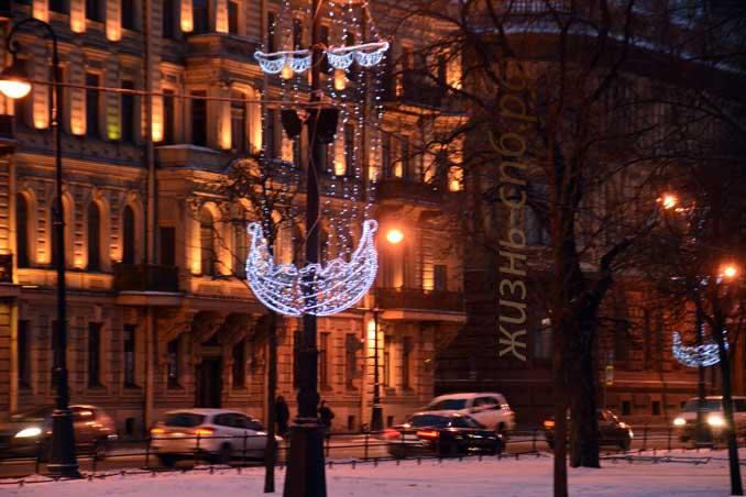 Таким образом оформлены опоры светильников на Адмиралтейской набережной Невы.