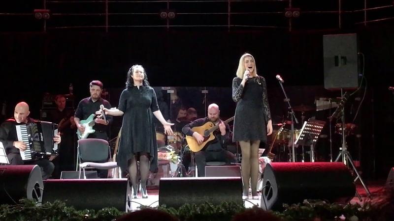 Анна Мушак и Ксения Антипова- Mia Kokkini Grammi