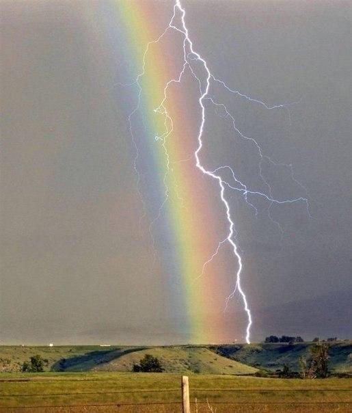Молния вдоль радуги, редкий кадр!