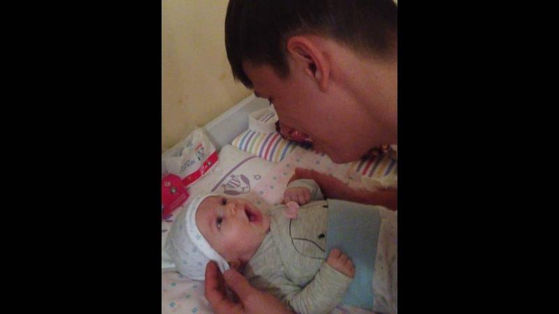 2-ух месячный ребенок поет с папой, звезда с пеленок и папина доця, дети поют , Father and dauther