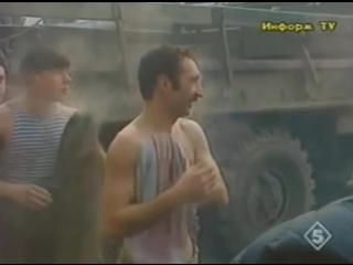Заходите к нам на огонёк. Играет на пианино старший лейтенант Алексей.Чеченская война. 1995 год