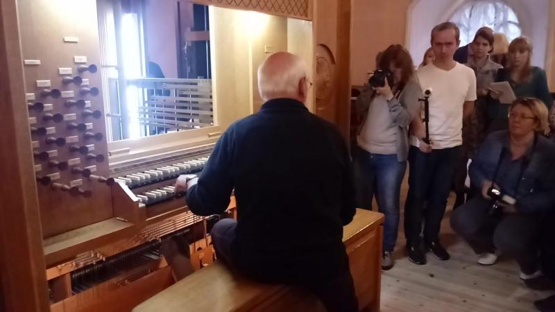 Маттиас Шуке за органом в Кирхе