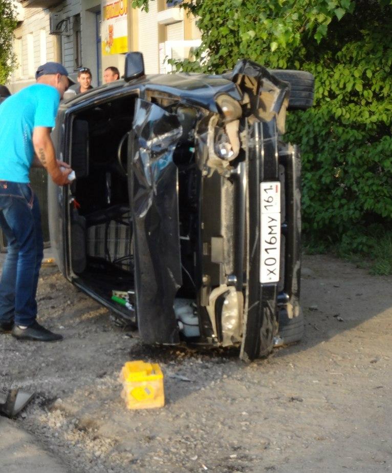 В Таганроге на Русском Поле в результате ДТП на тротуар вылетела, а затем перевернулась «ВАЗ-2114»