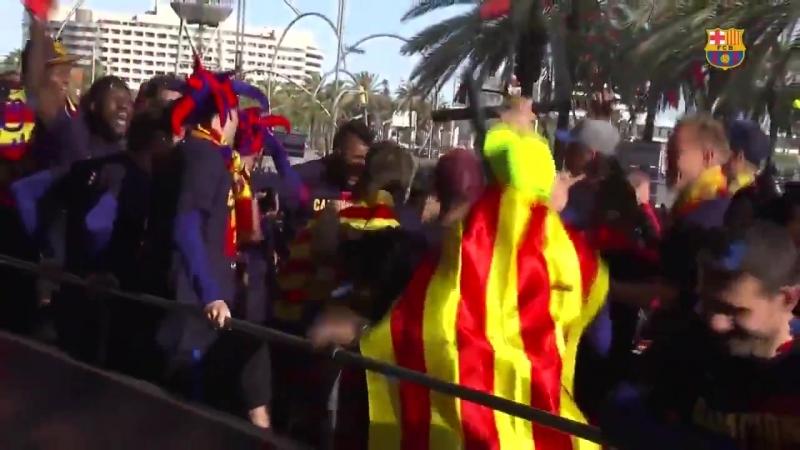 VÍDEO. Gran ambient a la rua de campions del Barça amb els carrers plens de gom a gom