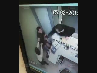 Появились кадры нападения мужчины с ножом на девушку в Сбербанке