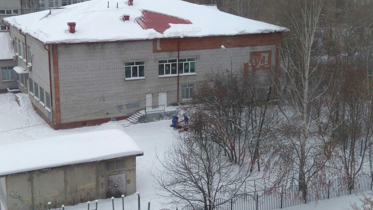 ВТюмени скрыши школы упал мужчина, чистивший снег