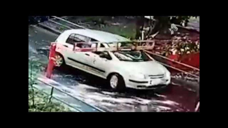 В Москве неуклюжий водитель снес шлагбаум
