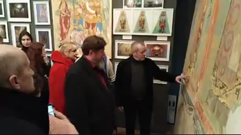 А.К.Крылов показывает автографы Пушкина и одного из Потемкиных на фресках.
