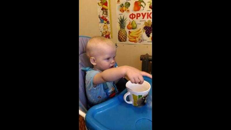 Косик сам пьет чай из ложечки