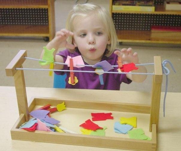"""11 РАЗВИВАЮЩИХ ИГР ПО МЕТОДИКЕ МОНТЕССОРИ 1. «Бумажные шарики и улитки» Игры с бумагой - также весьма полезное время провождение, к тому же это занятие не потребует от родителей особых материальных затрат. Научите ребенка мять бумагу и катать из мятых листов бумажные шарики. Еще одним полезным занятием является отщипывание - открывание пальчиками от целого листа бумаги маленьких кусочков. Вполне возможно, что после такой """"бумажной"""" игры квартире потребуется основательная уборка,…"""