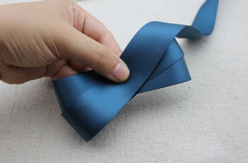 Как сделать бантики из атласных лент своими руками фото