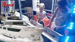 Детский влог Женя управляет морской яхтой Детская площадка Игра для детей Видео КАНАЛ