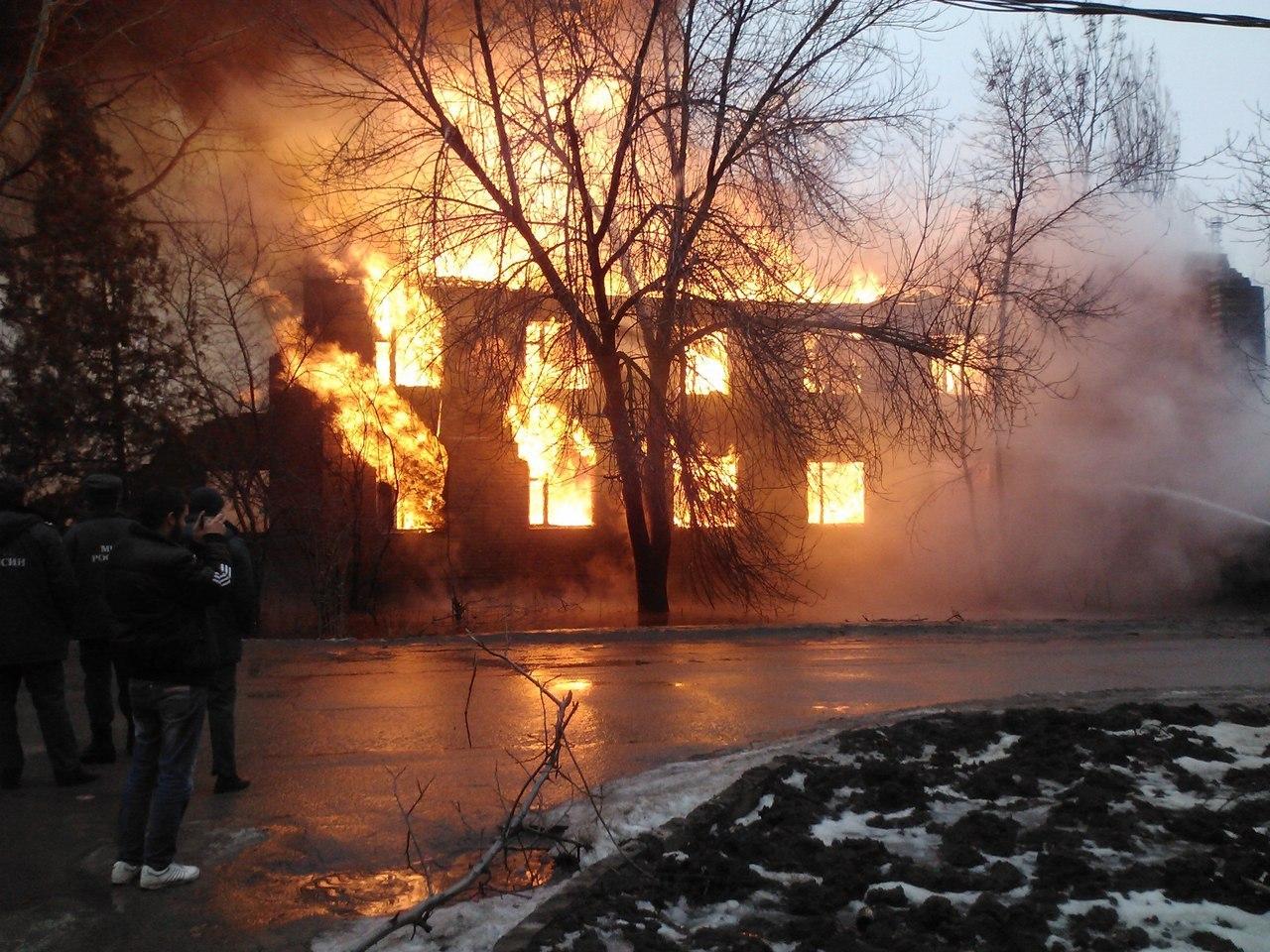 В Таганроге на Дачной горит следующий дом