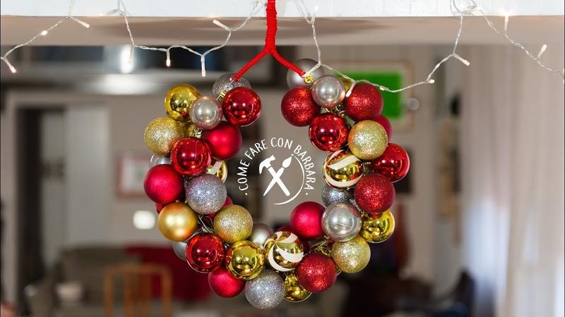 Ghirlanda natalizia fai da te con gruccia e palle di Natale